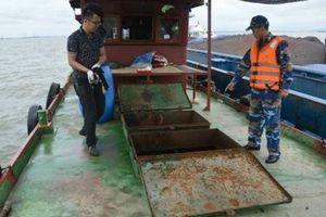 Tàu sắt chở 35.000 lít dầu không nguồn gốc