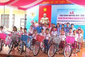 VKSND Quảng Trị tặng quà học sinh nghèo hiếu học