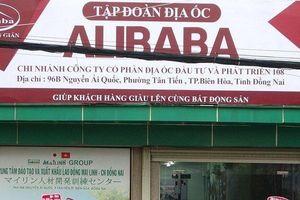 Vì sao biển hiệu treo trái phép của Địa ốc Alibaba vẫn chưa bị tháo dỡ?
