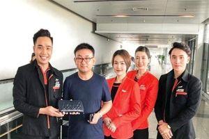 Trao trả ngoại tệ trị giá trên 125 triệu đồng cho khách quên trên máy bay