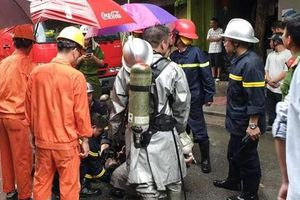 Cảnh sát PCCC cứu người đàn ông trong ngôi nhà 5 tầng bốc cháy