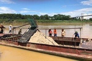 Bắt giữ sáu thuyền khai thác cát trái phép trên sông Lam