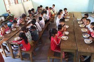 Bữa trưa ngọt lành đầu tiên của học sinh điểm trường Tăk Lũ