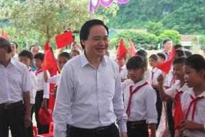 Quảng Bình: Bộ trưởng Phùng Xuân Nhạ về chung vui với học sinh tại lễ khai giảng muộn ở xã vùng cao Tân Hóa