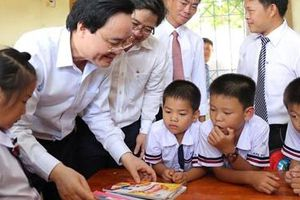 Bộ trưởng Giáo dục dự khai giảng muộn với thầy trò vùng 'rốn lũ'