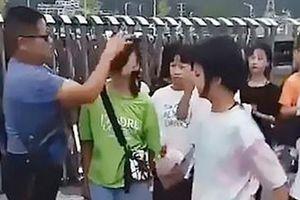 Nữ sinh bị thầy giáo lau sạch mặt vì trang điểm đến trường