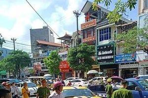 Quảng Ninh: CSGT dùng súng AK đập vỡ kính xe sang bỏ trốn