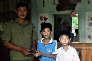 Hai học sinh trả lại hơn 16 triệu đồng nhặt được cho anh thợ xây