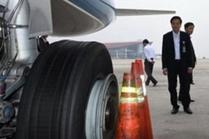 Liên tiếp phát hiện máy bay Vietnam Airlines bị rách lốp, đinh găm