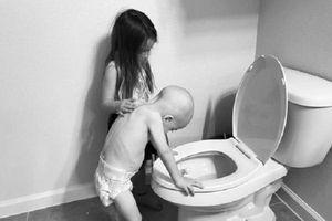 Nghẹn ngào câu chuyện chị gái 5 tuổi chăm sóc em trai bị ung thư
