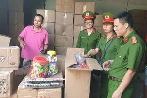 Phát hiện 50 tấn bánh kẹo, đồ chơi nhập lậu vào Hà Nội