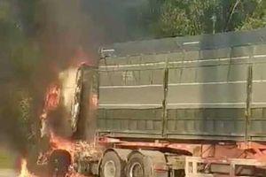 Xe container kéo lê xe máy dưới gầm, bốc cháy ngùn ngụt ở Hải Phòng