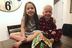 Bức ảnh bé gái 5 tuổi chăm em trai mắc bệnh bạch cầu làm hàng triệu người xúc động