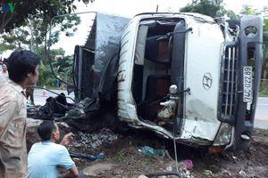 Sau cú tông vào xe khách, xe tải lật đè lên xe máy