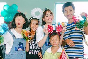 Trang Hý 'lầy lội' hóa chị Hằng, cùng Kaity Nguyễn và hội bạn thân mang Trung thu đến cô nhi viện