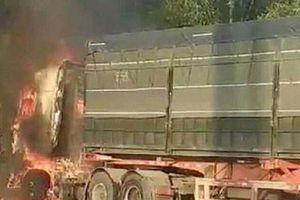 Xe container kéo lê xe máy rồi cùng bốc cháy trên quốc lộ ở Hải Phòng