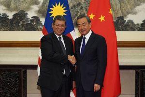 Ngoại trưởng Malaysia gọi Ngoại trưởng Trung Quốc là 'anh trai'