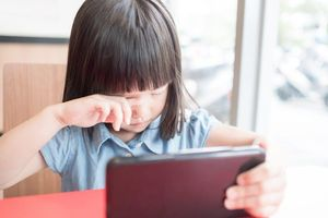Những bất thường cảnh báo trẻ có vấn đề về mắt