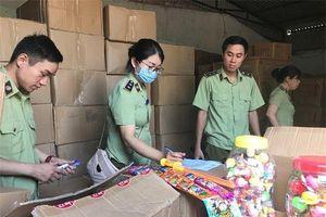Bắt giữ 3 xe tải chất đầy bánh kẹo, đồ chơi Trung thu nhập lậu đang tuồn vào Hà Nội