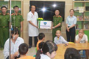 Bộ Tư lệnh CSCĐ mang Trung thu ấm áp đến các bệnh nhi