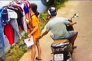 Thanh niên chạy xe máy sàm sỡ cô gái ở QN: phạt 200k... biến thái tăng mạnh?