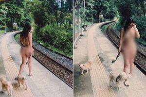 'Nóng mắt' gu thời trang gợi cảm của nữ ca sĩ mặc bikini dắt chó đi dạo