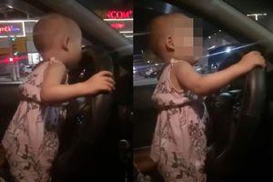 Bé gái 2 tuổi cầm vô lăng lái xe trên quốc lộ, mẹ vô tư quay video