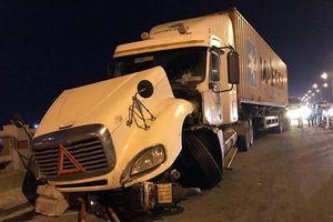 Lái xe container tông một người rơi xuống sông Hồng đã trình diện