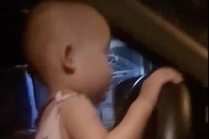 Bố cho con gái 2 tuổi lái ô tô phóng như bay ở Hà Tĩnh