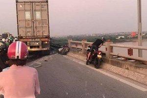 Xác định danh tính người đàn ông bị container húc văng từ cầu Thanh Trì xuống sông Hồng