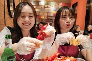 Nền kinh tế chững lại, người trẻ Trung Quốc vẫn đổ tiền vào ăn uống