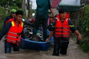 Công an dùng xe chuyên dụng giúp người dân vùng ngập