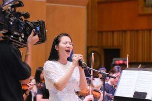 'Dàn soái ca' vây quanh Sao Mai Phạm Thùy Dung tập luyện cho live concert 'Trăng Hát'