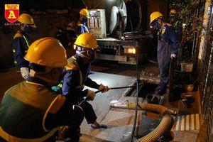 Trắng đêm hút bùn, làm sạch cống quanh nhà máy Rạng Đông