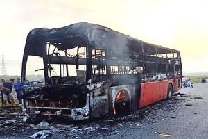 Hà Tĩnh: Xe khách cháy trơ khung trên đường tránh 1B