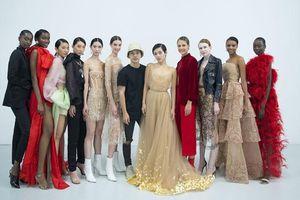 Khánh Linh diện váy mạ vàng 24k của Trần Hùng tại Tuần lễ thời trang London