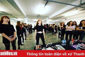 Trần Hùng mang nhung lụa Việt lên sàn diễn London Fashion Week 2019