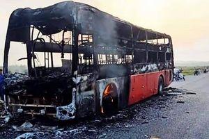 Xe khách cháy dữ dội trên QL1, tài xế kịp mở cửa cho 10 khách thoát thân