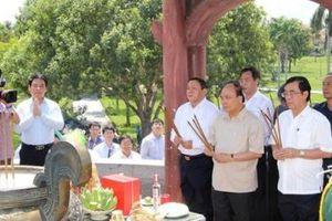 Thủ tướng Nguyễn Xuân Phúc dâng hương tưởng niệm các anh hùng liệt sĩ, thăm các gia đình chính sách tại Quảng Trị