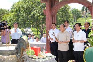 Thủ tướng Nguyễn Xuân Phúc dâng hương tưởng niệm các anh hùng liệt sĩ, thăm các gia đính chính sách tại Quảng Trị