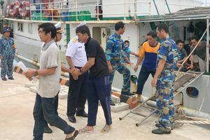 Tàu kiểm ngư đưa 46 ngư dân Quảng Ngãi bị nạn trên biển vào bờ