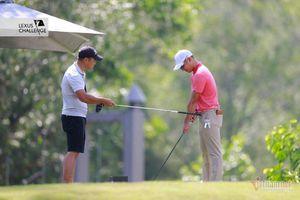 Phạm Minh Đức làm tình nguyện viên, 'dạy' golfer số 1 Việt Nam