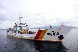 Tàu KN 410 đưa 46 ngư dân Quảng Ngãi về bờ an toàn