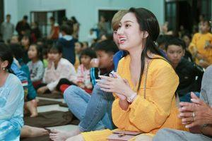 Cao Mỹ Kim xúc động trao hơn 800 phần quà cho người nghèo
