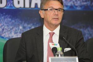 'Phù thủy trắng' Philippe Troussier gọi 9 cầu thủ lần lượt trả lời phỏng vấn trong một lần
