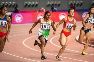 Lê Tú Chinh vừa chạy vừa 'ngóng' đối thủ ở SEA Games 30