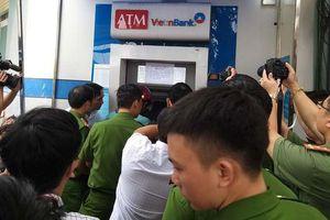 Ba người Trung Quốc bị khởi tố vì trộm mật khẩu ATM rút tiền