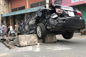Toyota va chạm xe đầu kéo, 2 vợ chồng thoát chết