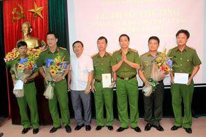 Trao thưởng Ban chuyên án bắt 3 đối tượng người Trung Quốc chiếm đoạt tài sản qua thẻ ATM