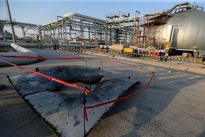 Cận cảnh vết tích hỏa lực hằn sâu trên 'da thịt' nhà máy dầu Saudi Arabia bị tấn công